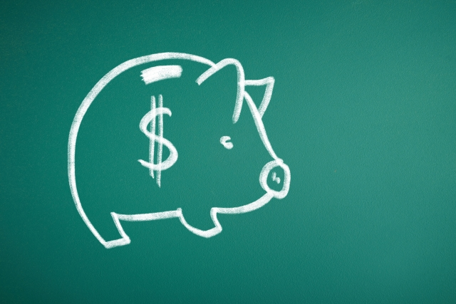 ホワイトボードに描かれた豚の貯金箱