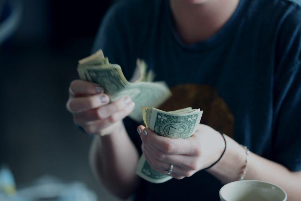 ドル紙幣をもつ人