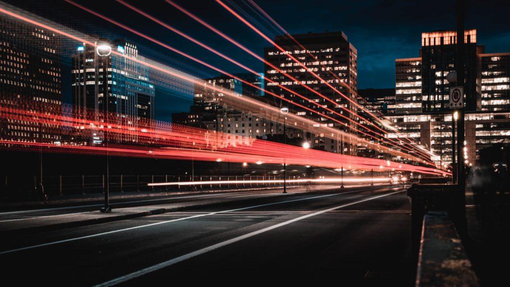 スピード感のある夜の道路