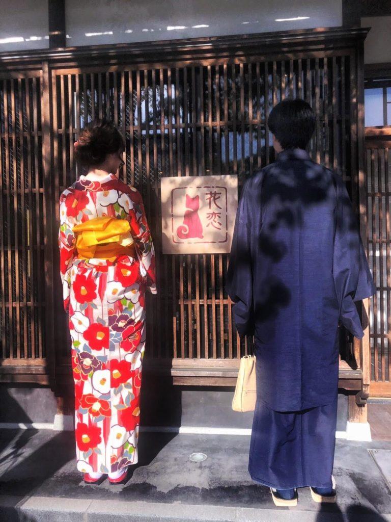 着物屋の前で記念写真