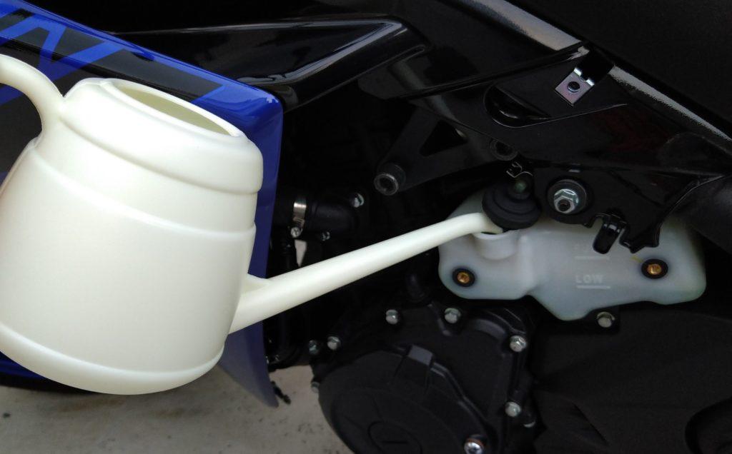 ジョウロで冷却水を補充する