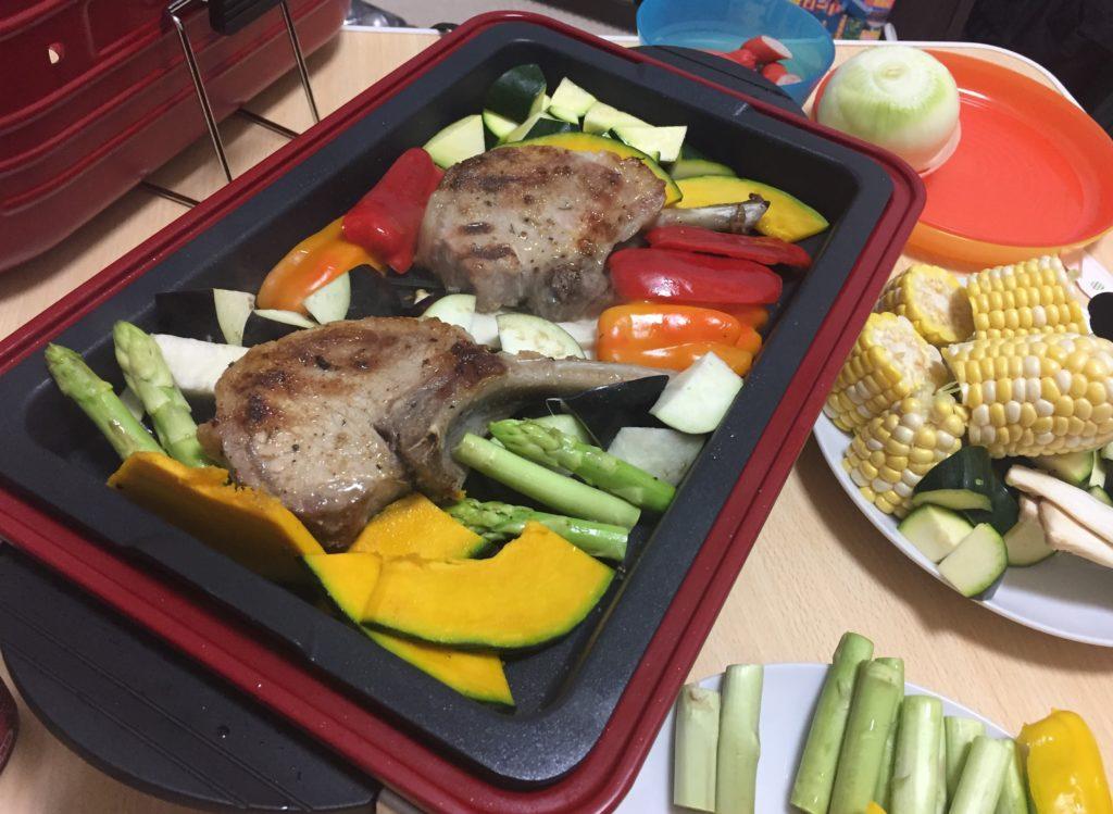 レコルト Home BBQでラムチョップと野菜を焼く